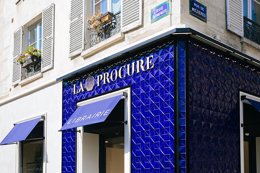 27 juin 2019 : La librairie parisienne La Procure située rue de Mézières, fête cette année son centenaire. A cette occasion elle fait peau neuve et vient d'inaugurer sa nouvelle façade ornée de carreaux portugais bleu indigo.